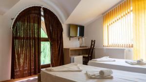 Un pat sau paturi într-o cameră la Califarul Alb