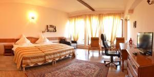 Un pat sau paturi într-o cameră la Hotel Bielmann