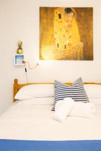 Cama ou camas em um quarto em Tower Bridge Rainbow Suites