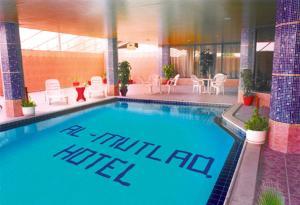 A piscina localizada em Al Mutlaq Hotel Riyadh ou nos arredores