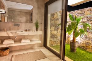 A bathroom at Elounda Palm Hotel & Suites