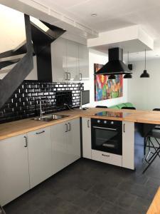 A kitchen or kitchenette at Froissart Studio