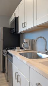 A kitchen or kitchenette at A Wave Inn - Montauk