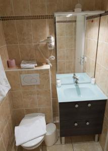 A bathroom at Hôtel Vendôme