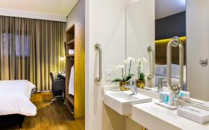 A bathroom at Hampton by Hilton Guarulhos Airport
