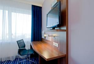 A television and/or entertainment centre at Holiday Inn Express The Hague - Parliament, an IHG Hotel