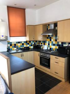 A kitchen or kitchenette at Hill Street Apartment