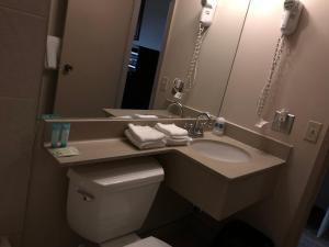 A bathroom at Travellers Inn