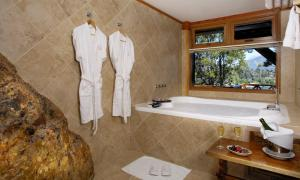 A bathroom at Charming Luxury Lodge & Private Spa