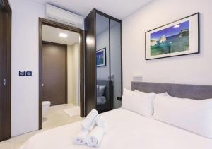 A bed or beds in a room at 2br Raffles Executive