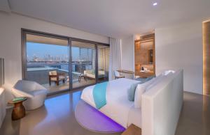 אזור ישיבה ב-Nikki Beach Resort & Spa Dubai