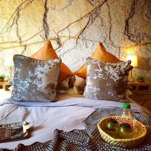 Een bed of bedden in een kamer bij Rustique