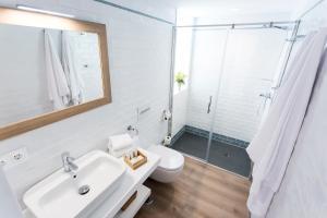 A bathroom at Casa de la Merced Suites