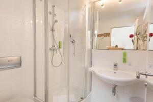 A bathroom at SORAT Hotel Brandenburg