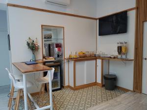 A kitchen or kitchenette at Basic Hotel Sevilla Catedral