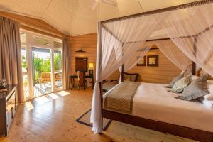 Łóżko lub łóżka w pokoju w obiekcie Komandoo Island Resort & Spa