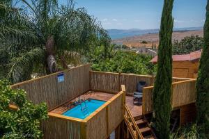 נוף של הבריכה ב-טנא בגולן-צימרים בחד נס או בסביבה