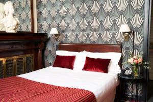 A bed or beds in a room at Hôtel Langlois