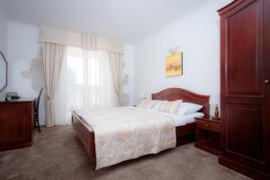 A bed or beds in a room at Hotel Villa Barbat