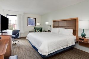 A bed or beds in a room at Hampton Inn Orlando-Convention Center International Drive Area