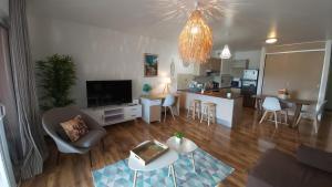 Uma TV ou centro de entretenimento em Grand appartement Vue Mer Papeete