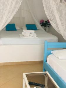 Säng eller sängar i ett rum på Two Mermaids Hotel