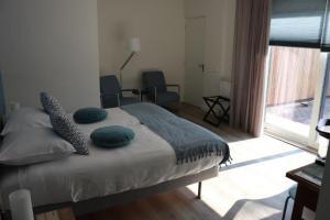 A bed or beds in a room at B&B de Getijden