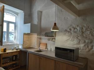 A cozinha ou kitchenette de Ancora by Alma Algarvia