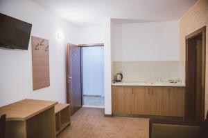 A kitchen or kitchenette at Стаи за гост Хит Хаус