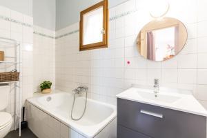 A bathroom at Le Pistou - Superbe appartement vue sur le Vieux Port