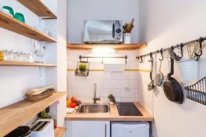 A kitchen or kitchenette at Le Pistou - Superbe appartement vue sur le Vieux Port