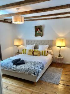 A bed or beds in a room at Carpe Diem Home - Au pied de la Cathédrale