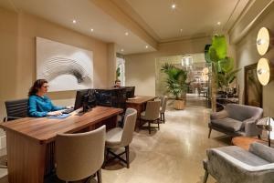 The lobby or reception area at H10 Palacio Colomera