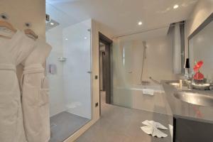A bathroom at Kenzi Solazur