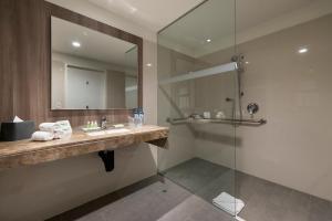 A bathroom at Holiday Inn - Lima Airport, an IHG Hotel