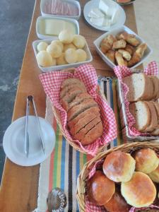 Breakfast options available to guests at Reobote Chalés