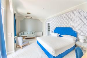 A bed or beds in a room at Hotel Club Due Torri