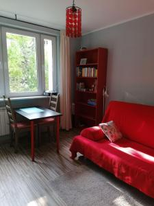 O zonă de relaxare la Sunny and lovely apartment. Near Chopin Airport!