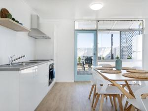 A kitchen or kitchenette at Ventura Beach Motel 3 Bedroom Poolside