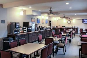 A restaurant or other place to eat at Comfort Inn & Suites - Chesterfield