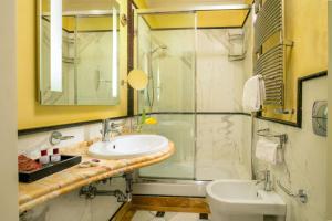 A bathroom at Suite Opera Rooms