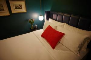 A bed or beds in a room at Blok Thonglor