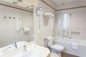 A bathroom at Best Western Plus Hotel Carlton Annecy