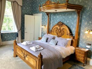 A bed or beds in a room at Netherdale House