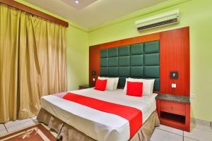 Cama ou camas em um quarto em قصر اليمامة للاجنحة الفندقية-فرع السلام