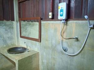 A bathroom at Namkhong Guesthouse and Resort