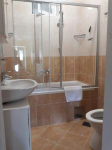 A bathroom at Spacious 1 Bedroom 4 Star Apartment, Mlini