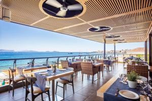 Un restaurante o sitio para comer en Spetses Hotel