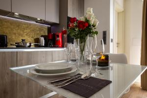 A restaurant or other place to eat at The Queen Luxury Apartments - Villa Carlotta