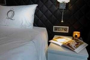 A bed or beds in a room at The Queen Luxury Apartments - Villa Carlotta